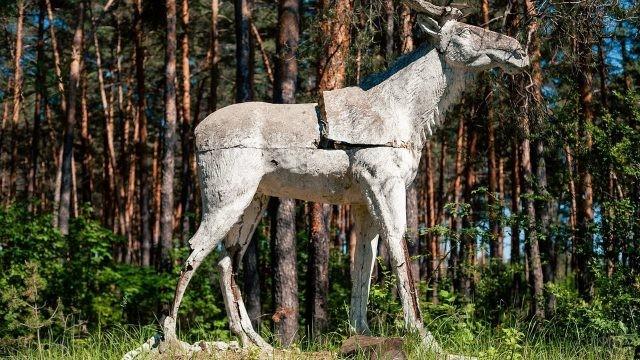 Статуя лося в лесу