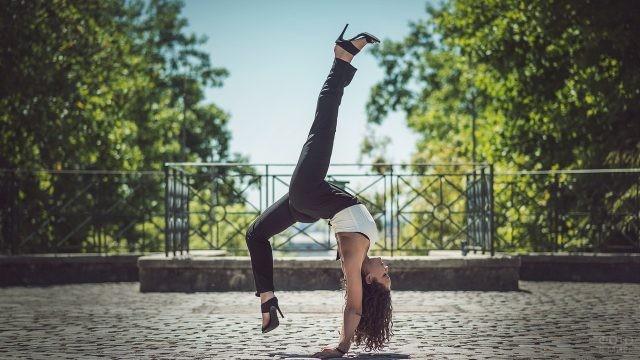 Девушка на каблуках на тротуаре