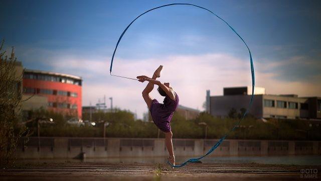 Гимнастка с лентой на набережной