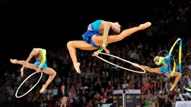 Гимнастки в прыжке на выступлении