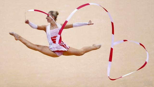 Весёлая гимнастка с лентой