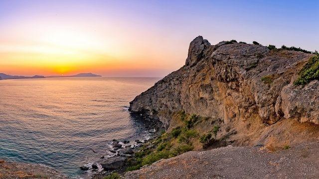 Каменистый хребет уходит в море