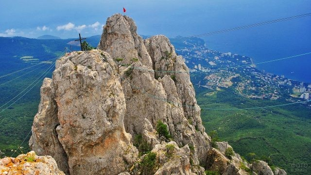 Крест и флаг на горе Ай-Петри