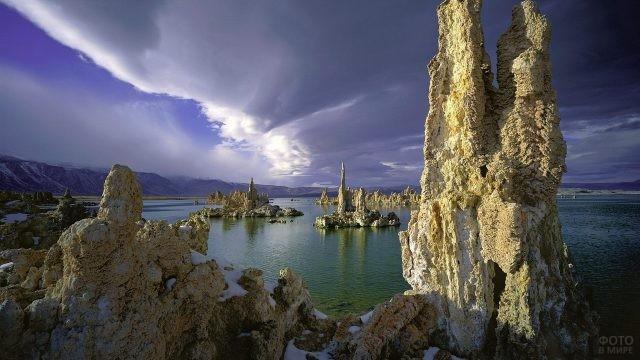 Необычные скалы в море