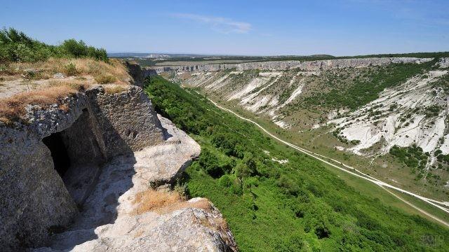 Пещера в горах в Крыму