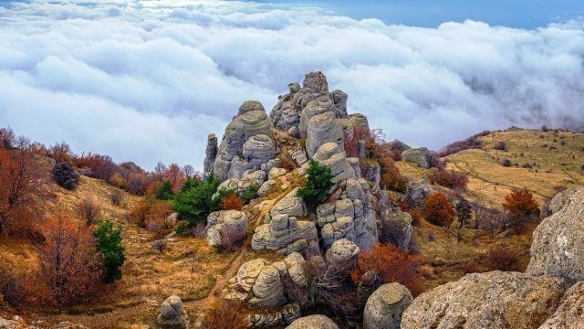Скалы Демерджи на фоне облаков