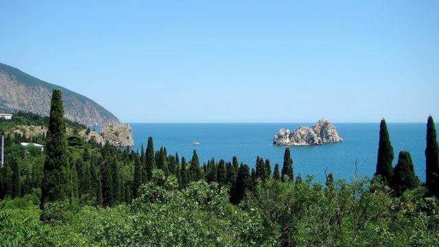 Скалы в море с берега
