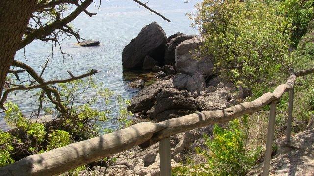 Тропа Голицына на каменистом побережье