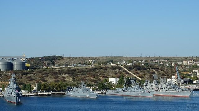 Военные корабли на причале