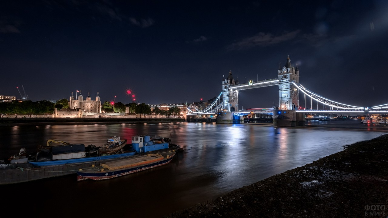 Баржа плывёт по Темзе
