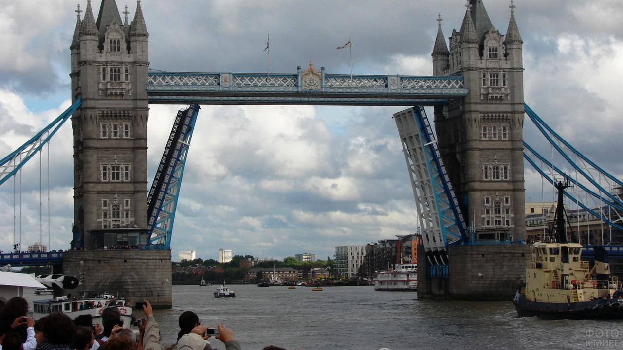 Люди фотографируют разводные мосты