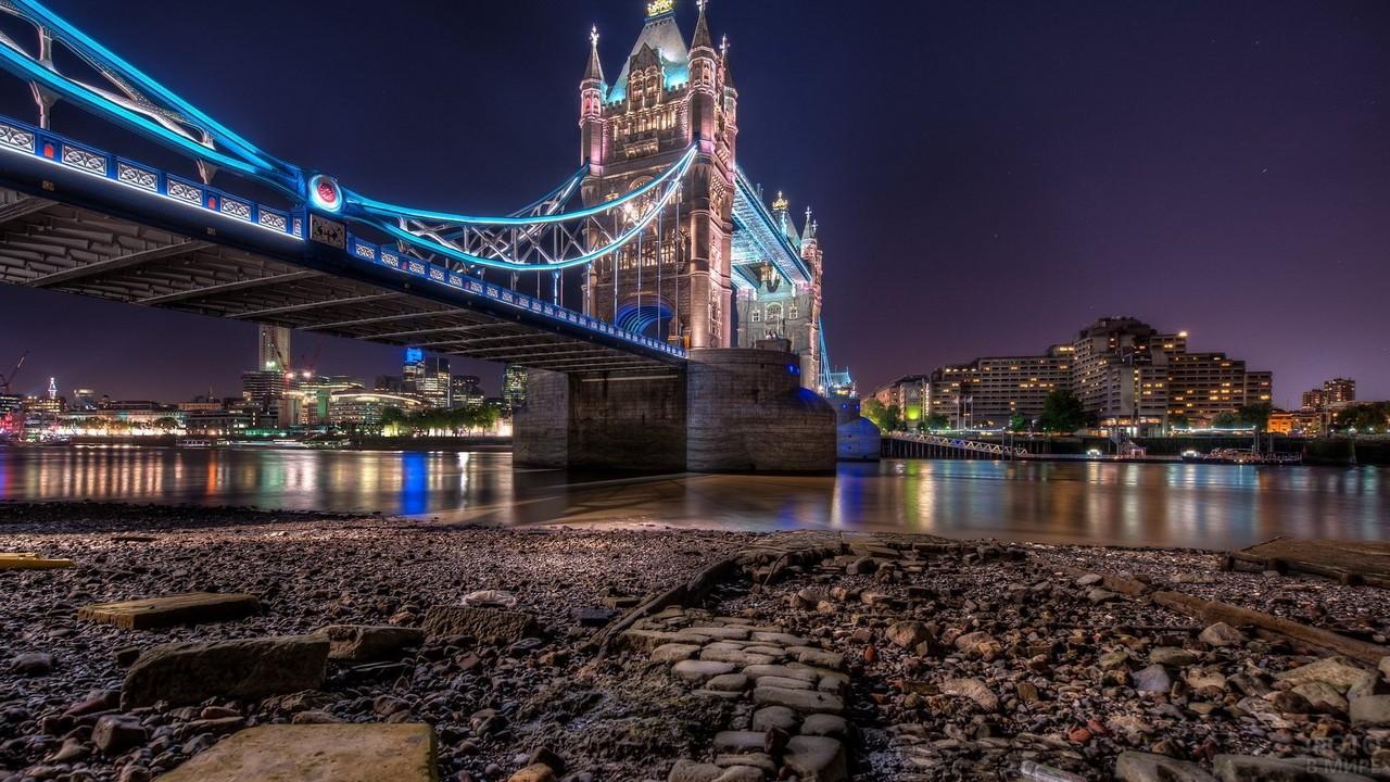 Мост с берега ночью