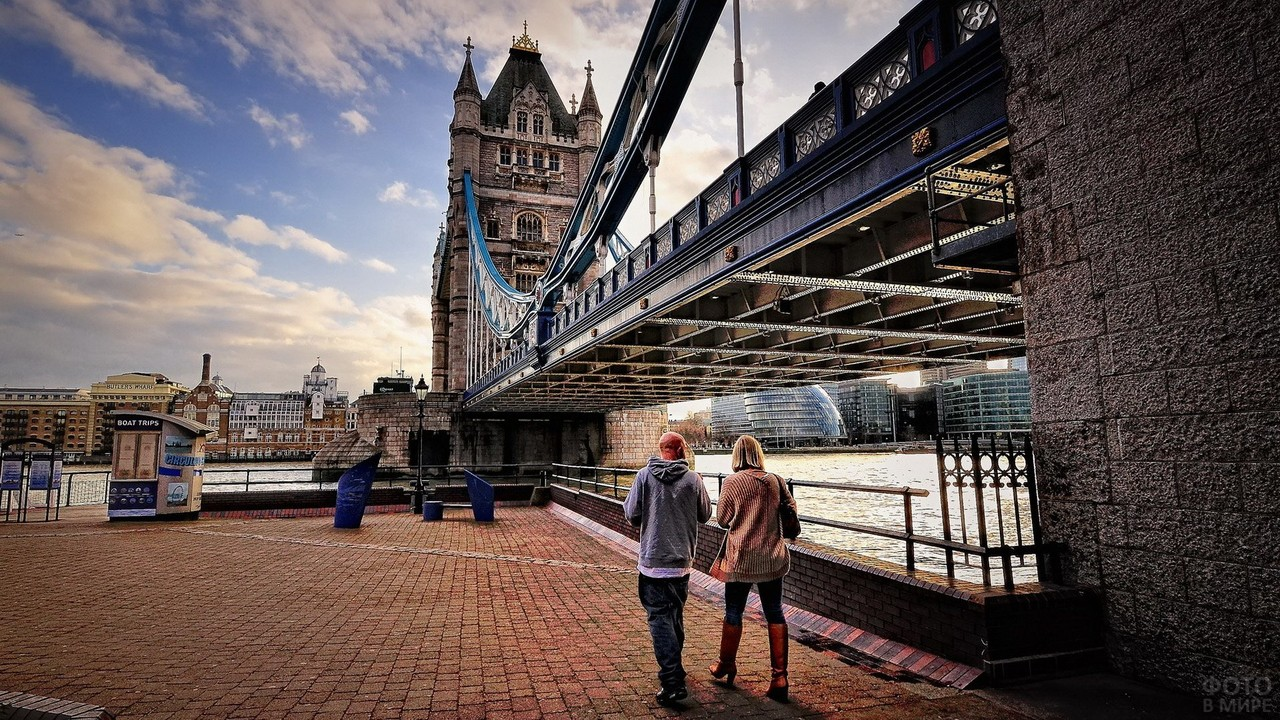 Пара прогуливается у моста