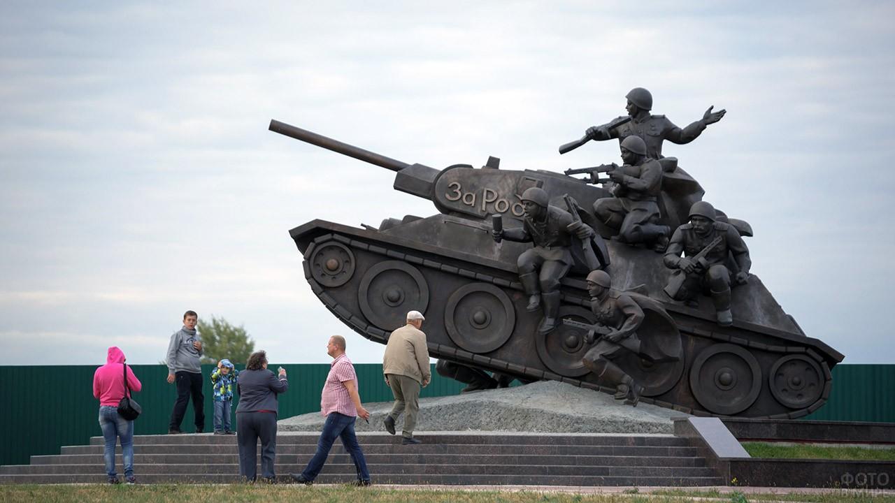 Гуляющие люди у памятника в День танкиста