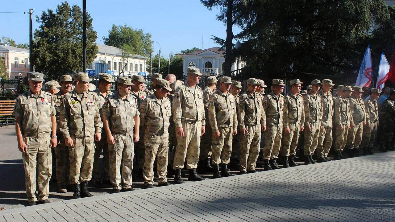 Колонна военных на городском празднике в День танкиста в Симферополе