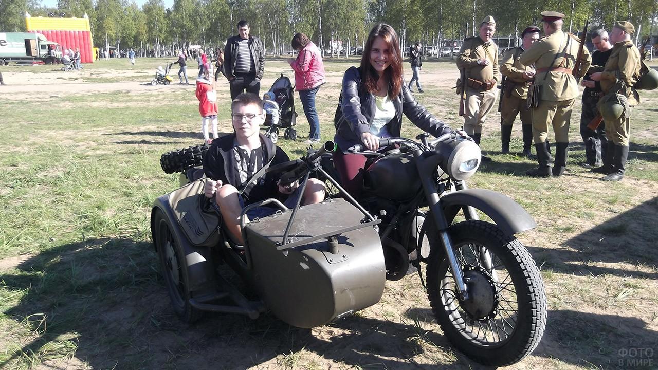 Молодёжь фотографируется на мотоцикле времён ВОВ в День танкиста