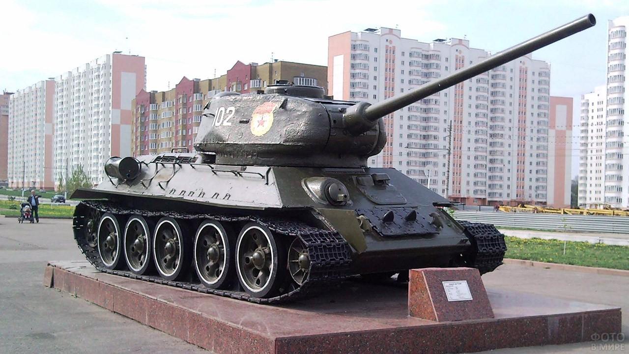 Танк-монумент в День танкиста в Курске