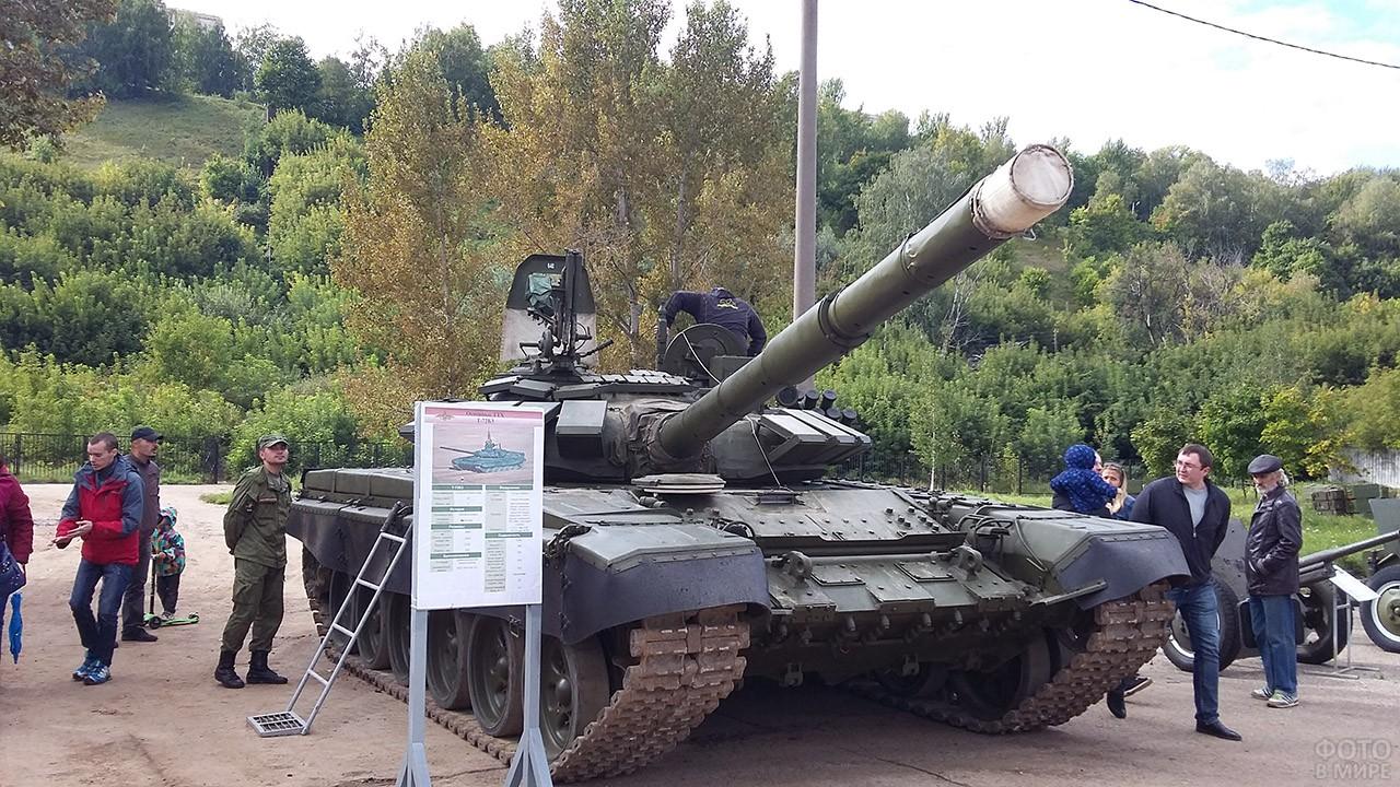 Танк среди экспонатов выставки военной техники в День танкиста в Нижнем Новгороде