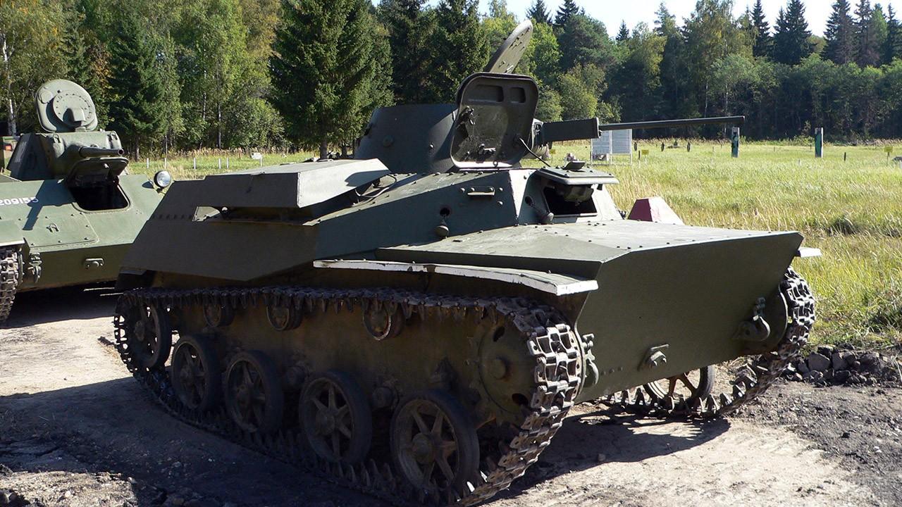 Танк Т-30 на полигоне в День танкиста