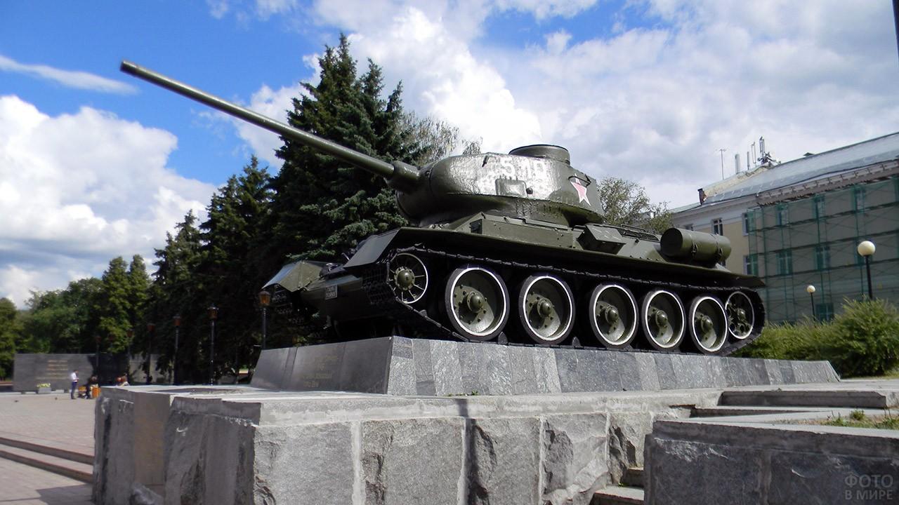 Танк Т-34 на постаменте в Нижнем Новгороде