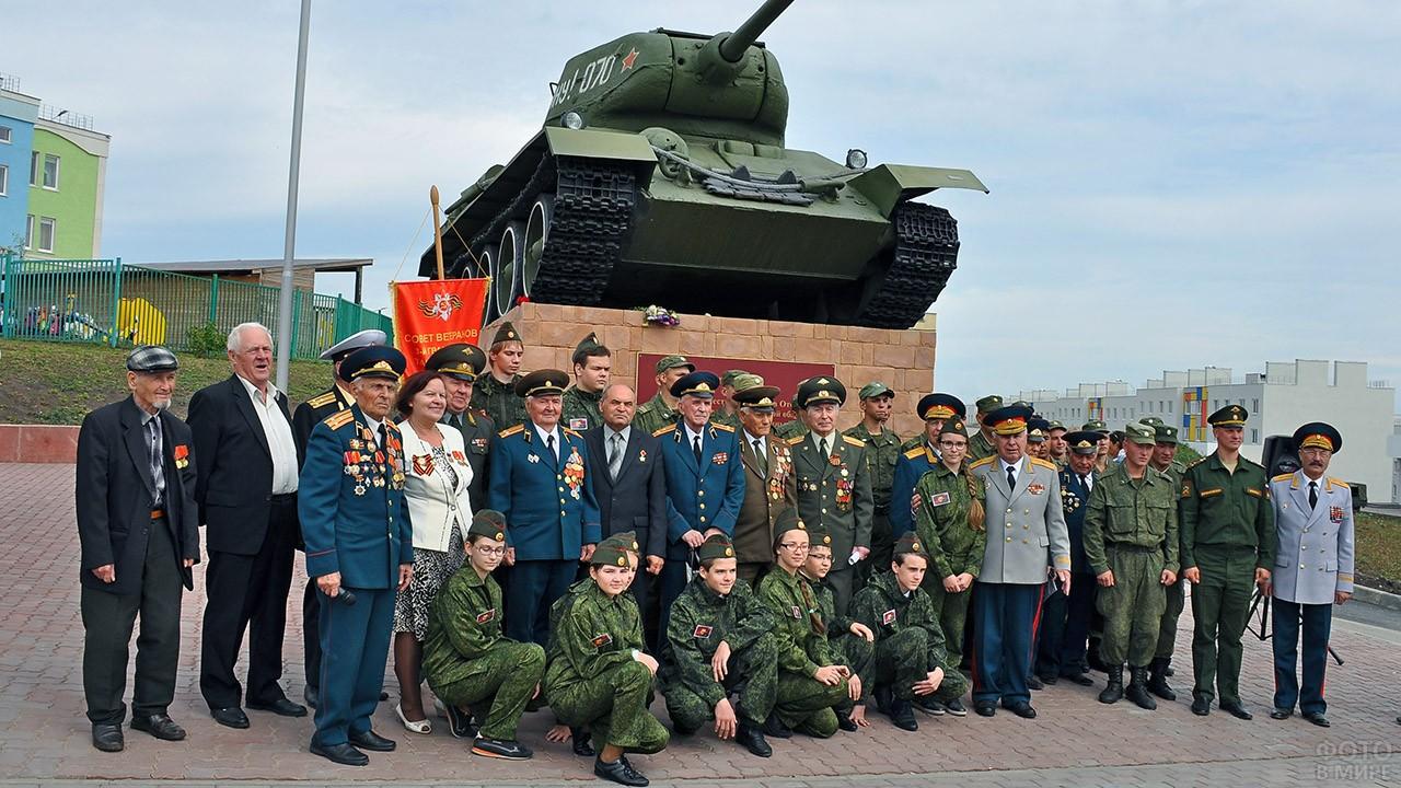Ветераны и школьники в День танкиста в Самаре возле Т-34