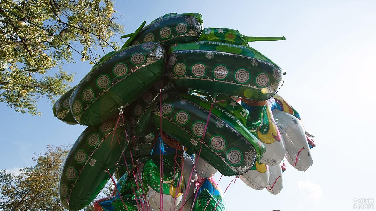 Воздушные шарики в виде танков в День танкиста в парке