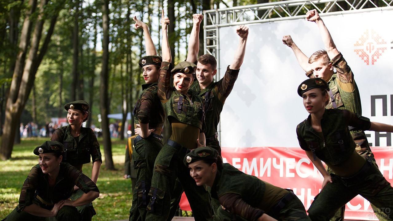 Выступление танцевального коллектива на празднике в парке в День танкиста