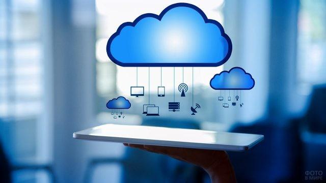 Символ облачного сервиса над планшетом на ладони
