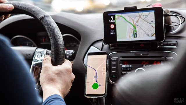 Водитель следит за пробками на дорогах через интернет-приложения