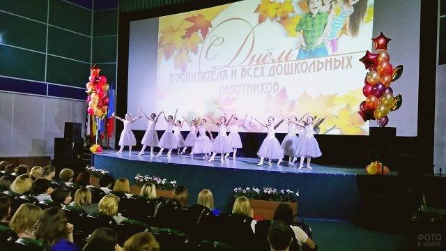 Маленькие балерины на сцене городского праздника в День воспитателя