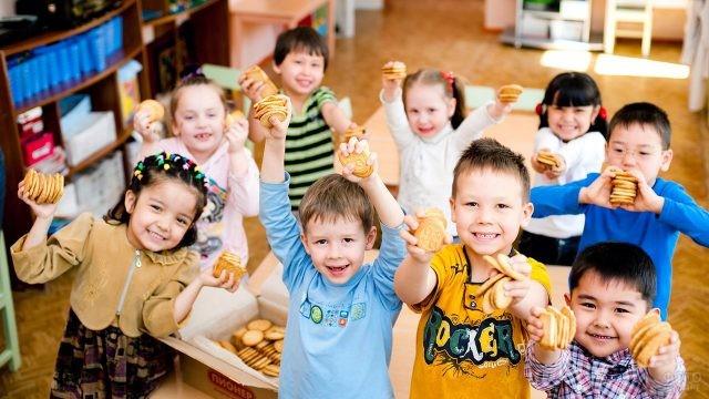 Малыши с печеньками в детском саду