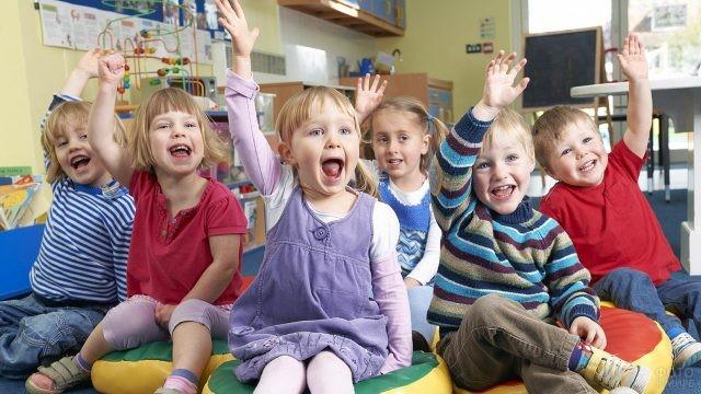 Малыши тянут руки вверх с ответом