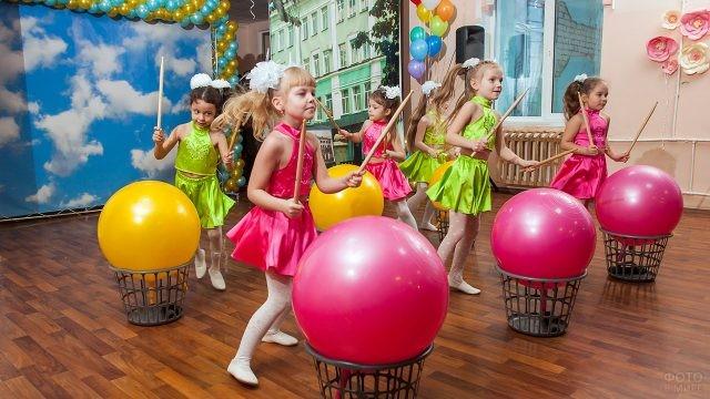 Танцевальный номер с шарами-барабанами на утреннике в День воспитателя
