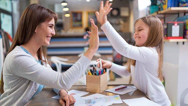Воспитательница хвалит девочку