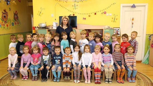 Вся группа детского сада с воспитательницей