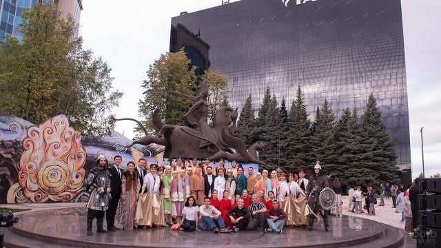 Артисты и сотрудники нефтяной компании в День нефтяника в Альметьевске