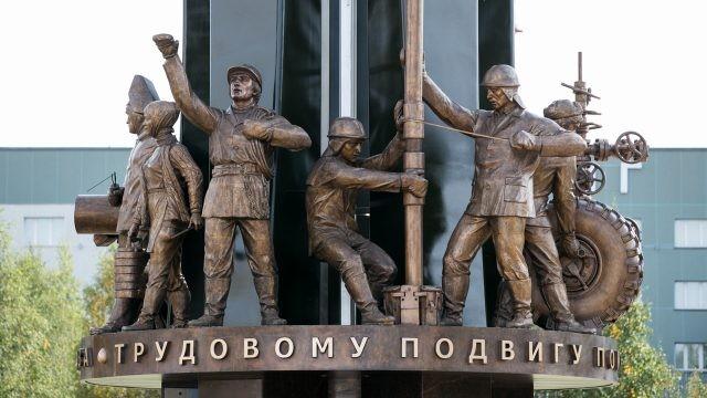 Буровики-нефтяники на сургутском памятнике