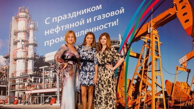 Девушки на сцене в День нефтяника
