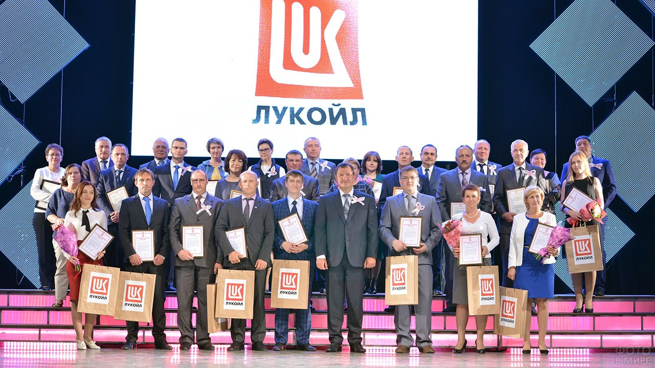 Награждённые сотрудники в День работника нефтегазовой и топливной промышленности