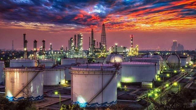 Огни нефтеперерабатывающей компании на фоне вечернего неба