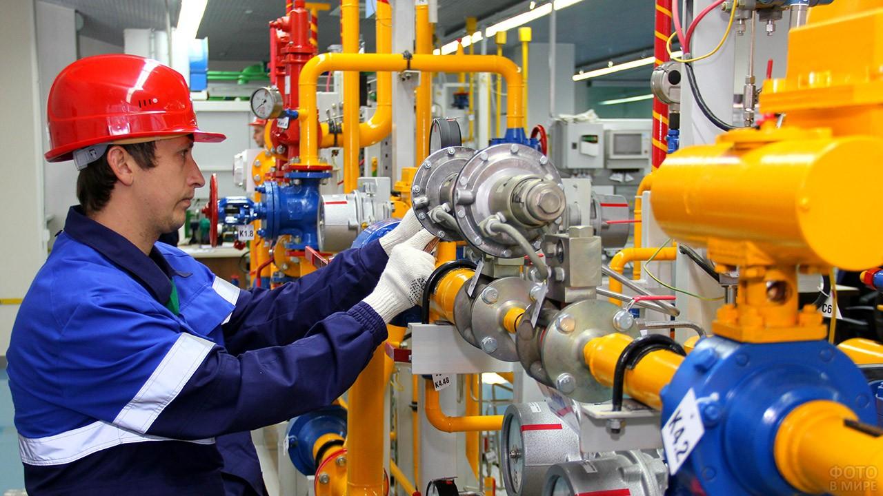 Оператор газораспределительной станции на рабочем месте