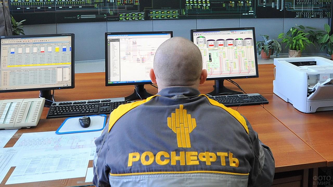 Оператор нефтяной компании на рабочем месте