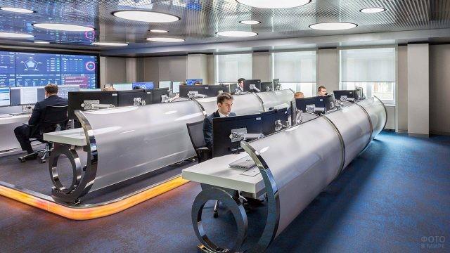 Операторы современного нефтеперерабатывающего завода в Санкт-Петербурге