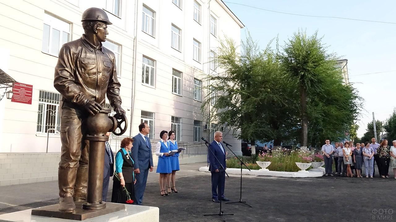 Открытие памятника в День нефтяника в Самарской области