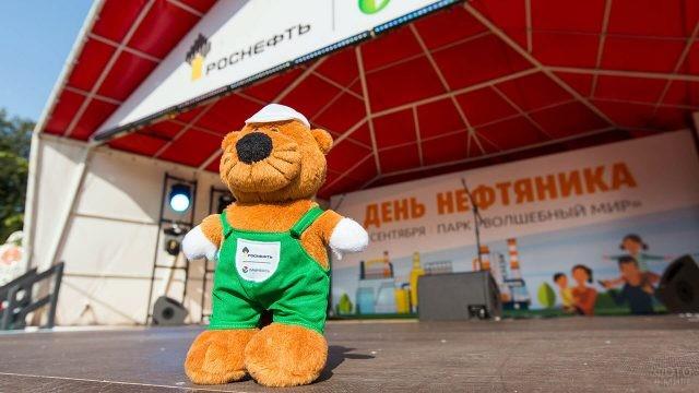 Плюшевый символ нефтяной компании на городской сцене в День нефтяника