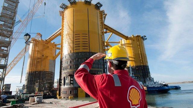 Сотрудник нефтегазовой компании на объекте
