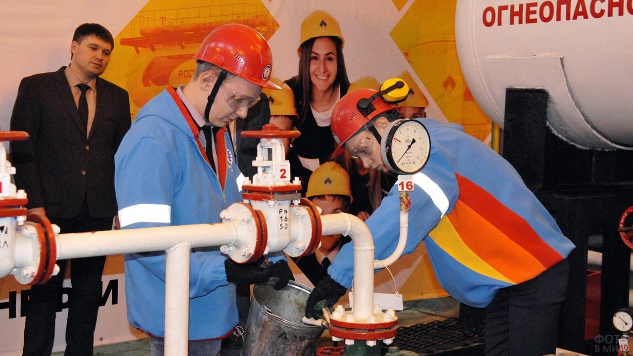 Студенты политехнического ВУЗа в учебной аудитории нефтяной компании