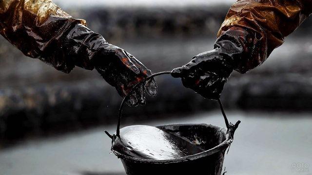 Ведро чёрного золота передают из рук в руки