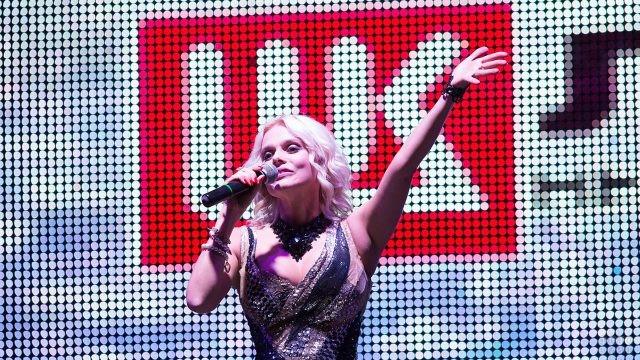 Выступление поп-исполнительницы на сцене в День нефтяника