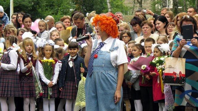 Аниматор в костюме Карлсона на школьной линейке 1 сентября